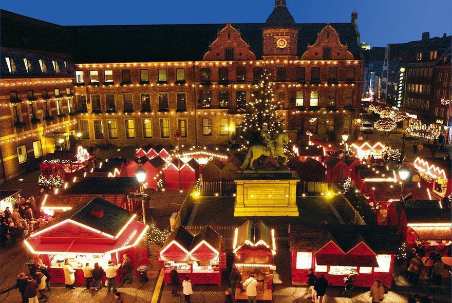 weihnachtsmarkt am marktplatz in d sseldorf. Black Bedroom Furniture Sets. Home Design Ideas