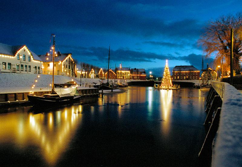 Schwimmender Weihnachtsmarkt.Carolinensiel Harlesiel Schwimmender Weihnachtsbaum Im