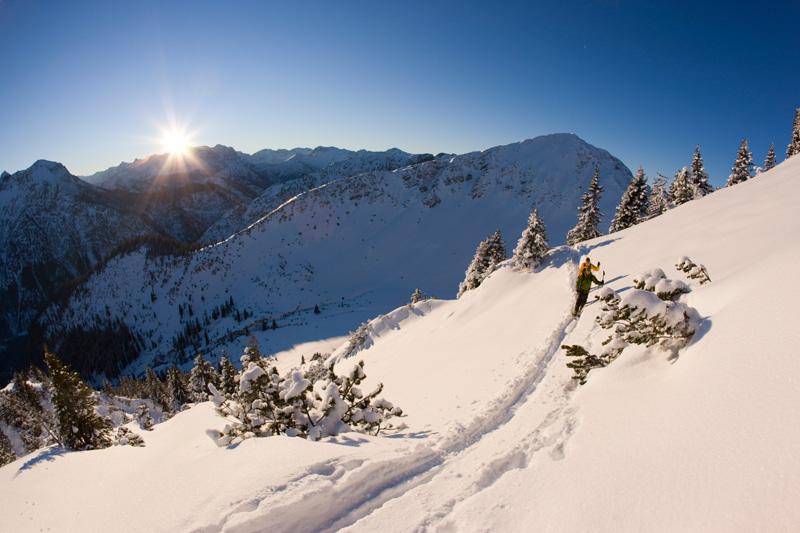 Für alle Felle - Schneewochen in den Ammergauer Alpen locken mit Skitourentagen und weiteren Winter-Abenteuern